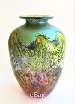 A Signé 1989 Norman Stuart Clark Irisé Vase En Verre D'art