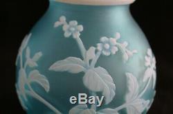 Antique Anglais Sculpté Cameo Art Glass Vase C. 1900 Attribué Thomas Webb & Sons