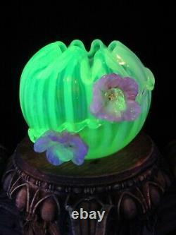 Antique Bohemian Harrach Uranium Vase De Verre D'art Opalescent Appliqué Fleur Rose