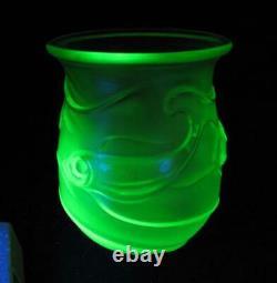 Art Déco Uranium / Vaseline Vert Givré Satin Verre Vase Poisson Pressé