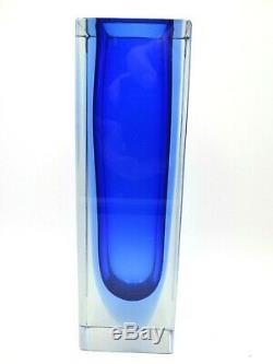 Époque De La Coupe Poli Bloc Murano Sommerso Bleu Dans Un Vase En Verre À Facettes De L'art Bleu