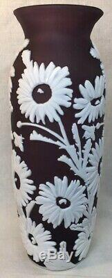 Fenton Art Glass Cameo Sculpté Aubergine Cased Dans Le Lait Vase Tournesol 10 40