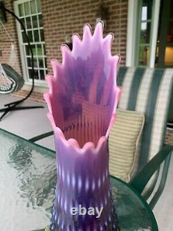 Fenton Art Verre Plum Purple Canneberge Opalescent Hobnail 15 1/8 Vase De Swung