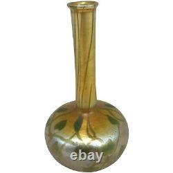 L.c. Tiffany Favrile Vase En Verre D'art Iridescent Avec La Décoration De Feuille Et De Vigne