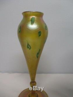 Premierement Signé L. C. Tiffany Art Favrile Verre Bulbous 9 1/8 Vase Avec Feuille Verte