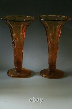 Une Paire De Vases En Verre Ambre Art Déco