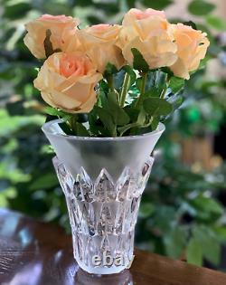 Vase Art Déco Lalique Feuilles. Vase En Forme De Trompette En Cristal Clair Et Givré Menthe